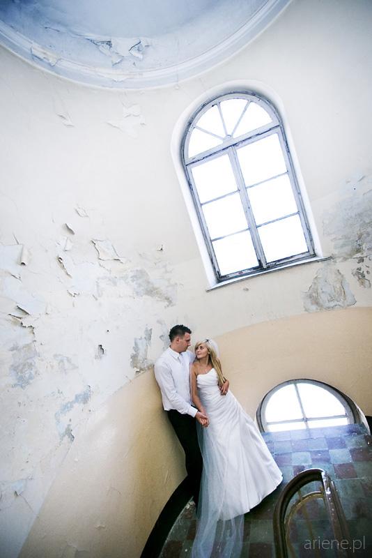 sesja plenerowa poślubna na klatce kamienicy w Warszawie