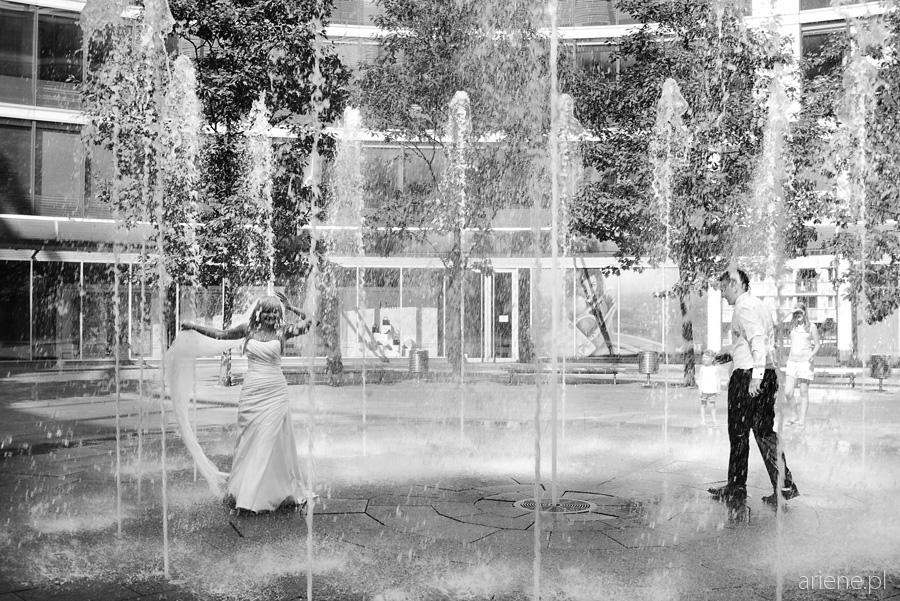 sesja plenerowa poślubna w fontannie