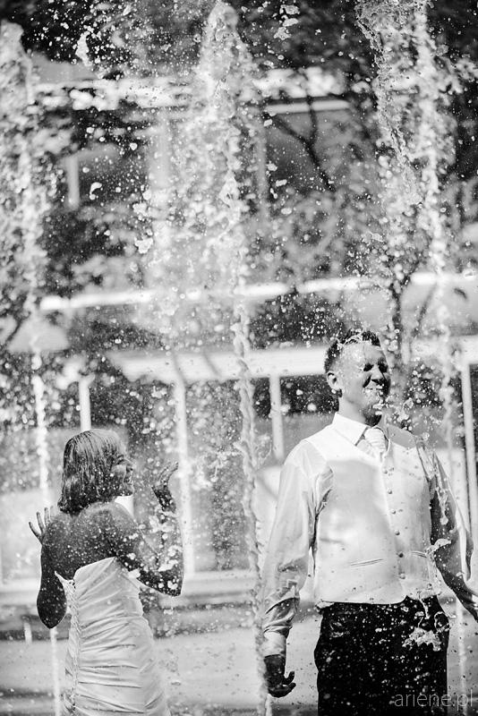 sesja plenerowa poślubna w fontannie w Warszawie