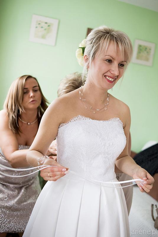 przygotowania panny młodej, ubieranie sukni