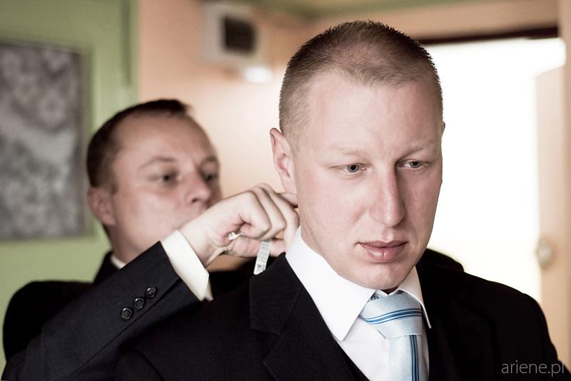 przygotowania pana młodego, wiązanie krawata