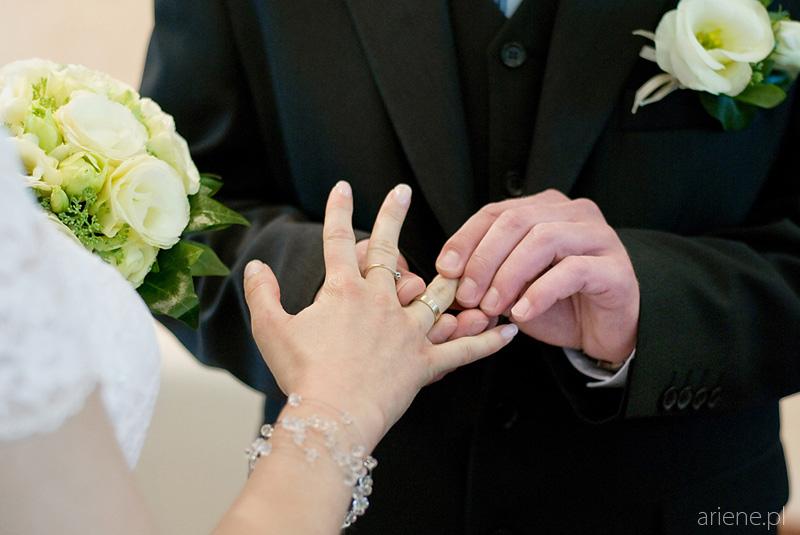 ślub w USC w Legionowie, zakładanie obrączek