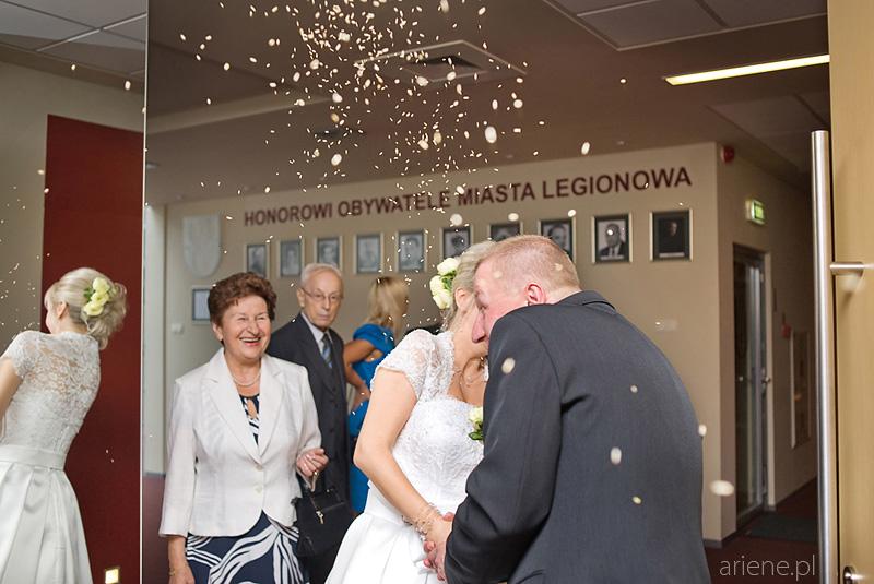 ślub w USC w Legionowie, sypanie ryżem