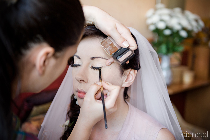przygotowania do ślubu, malowanie panny młodej