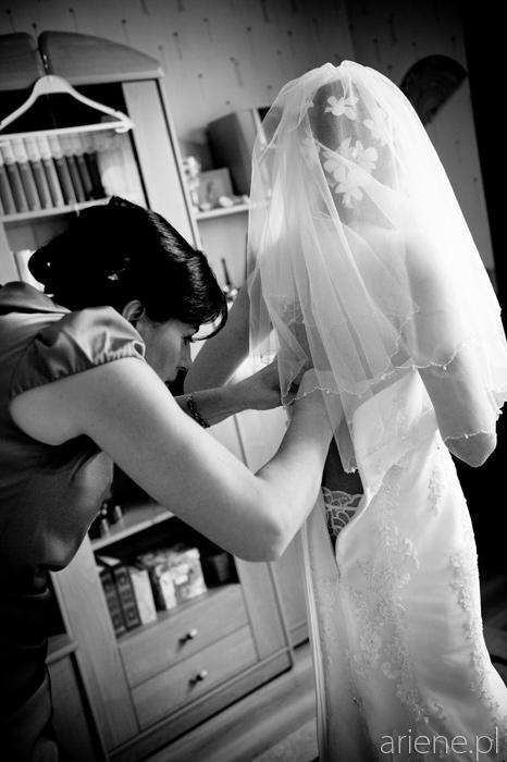 przygotowania do ślubu, ubieranie panny młodej
