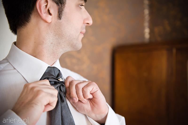 przygotowania do ślubu, ubieranie pana młodego