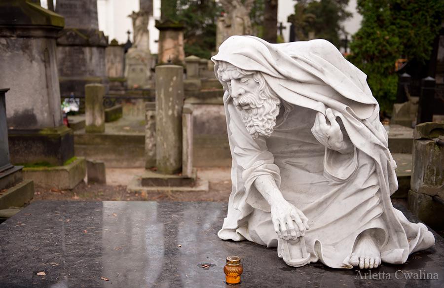 Pomnik Chronosa na cmentarzu