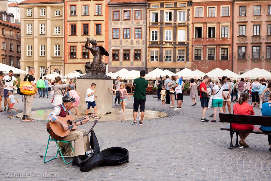 grajek z gitarą na Rynku