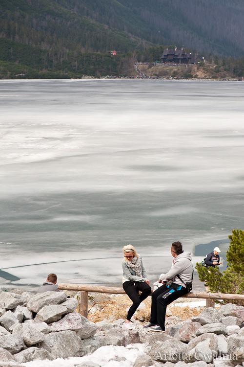 turyści odpoczywają nad Morskim Okiem