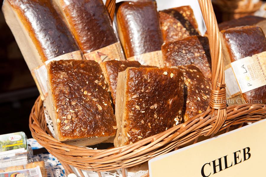 chleb razowy w koszu wiklinowym