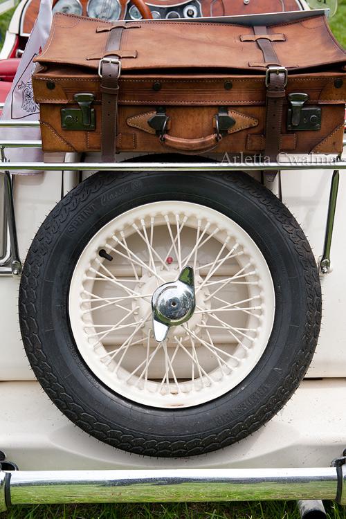 walizka i zapasowe koło na tyłach oldtimera