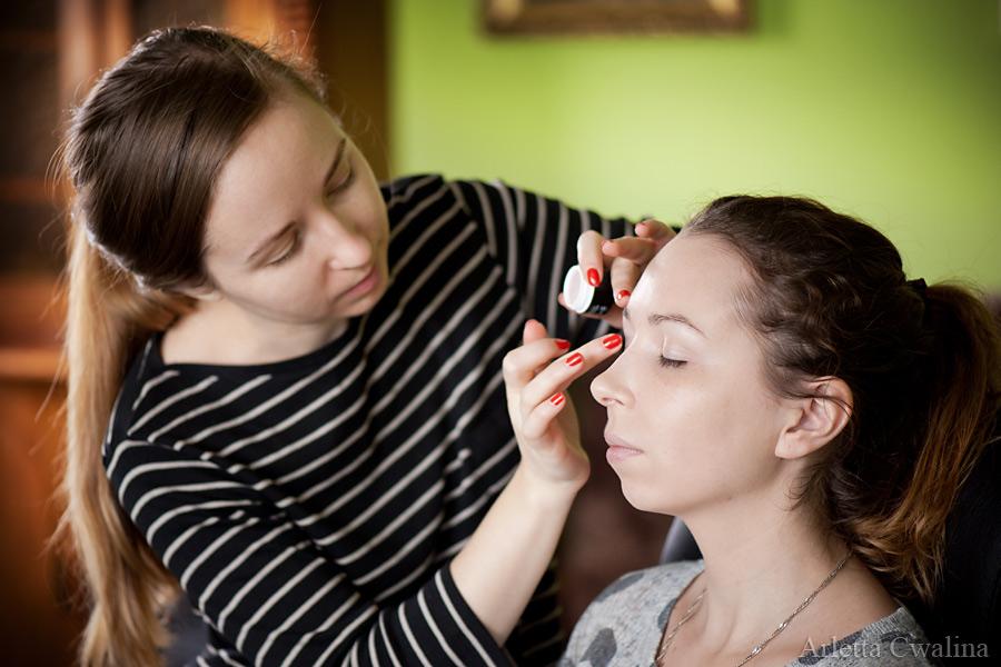 nakładanie makijażu dziennego