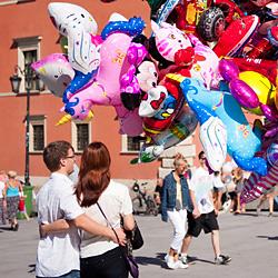para zakochanych patrząca na baloniki