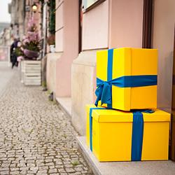 dwa żółte prezenty na chodniku