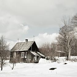 domek drewniany w zimie