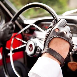 kierowca w rękawiczce skórzanej