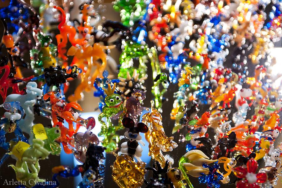 kolorowe szklane figurki