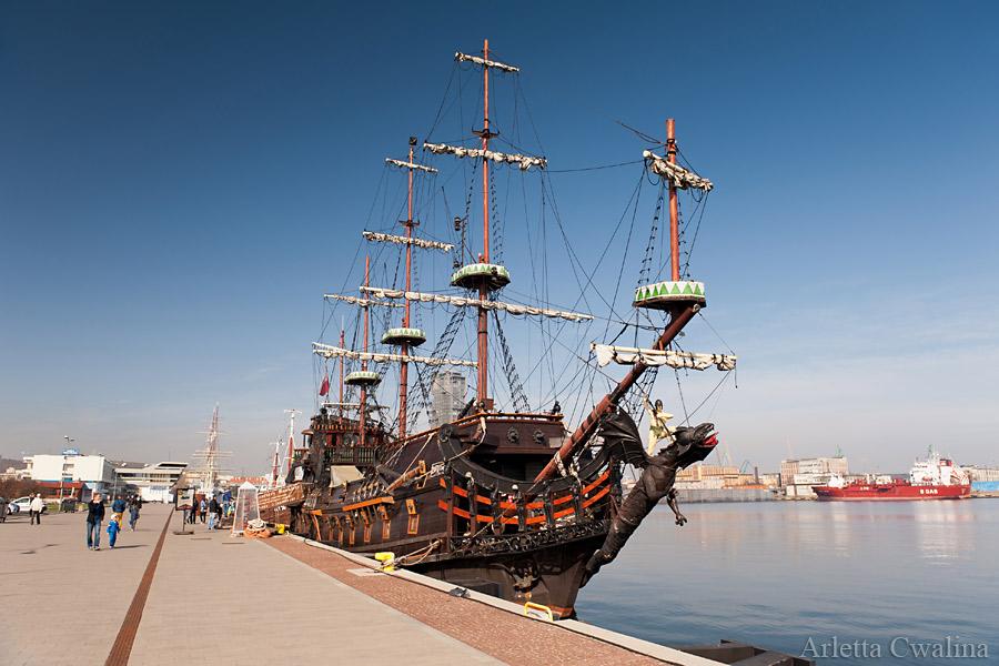 statek Dragon w Porcie Gdynia
